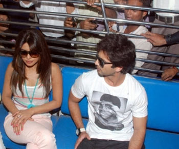 ahahid kapoor and priyanka chopra travel by Mumbai local train