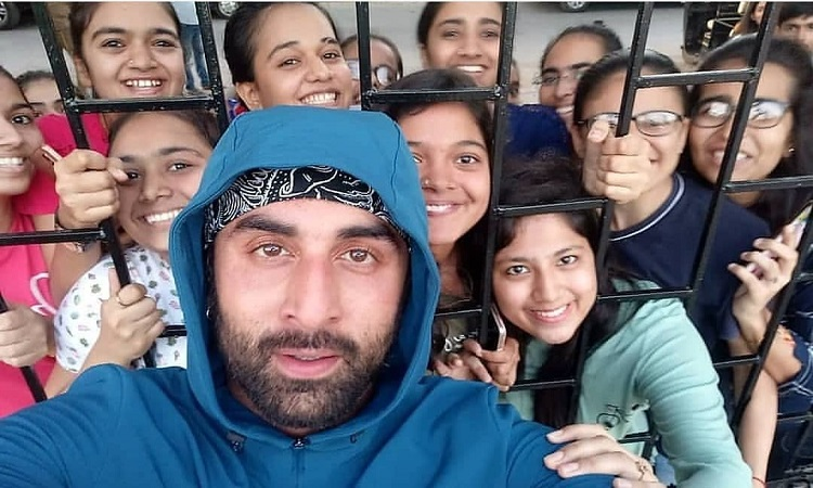 ranbir takes a groupfie with fans