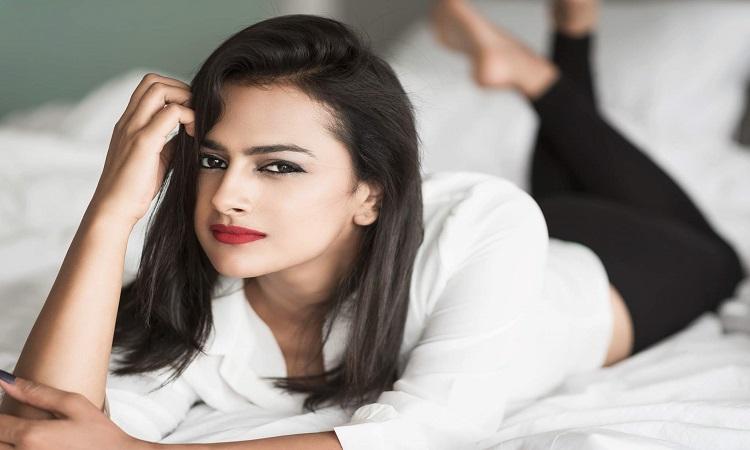 shraddha srinath to debut in bollywood with milan talkies