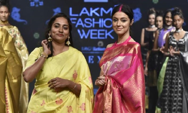 divya walks the ramp at lfw in a pink saree