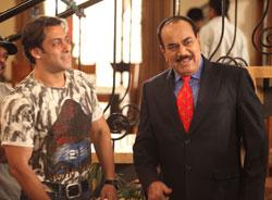 Akshay Kumar and Sonakshi Sinha posing with Shivaji Satam Dayanand ...