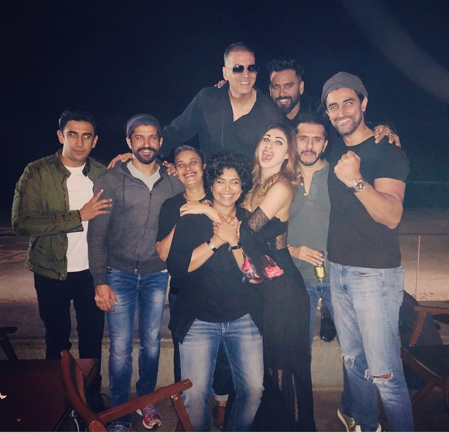 Akshay Kumar, Farhan Akhtar, Mouni party hard with the team